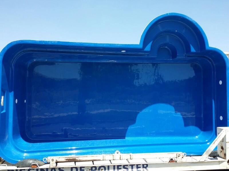 Transporte en camión de piscina de poliester color azul