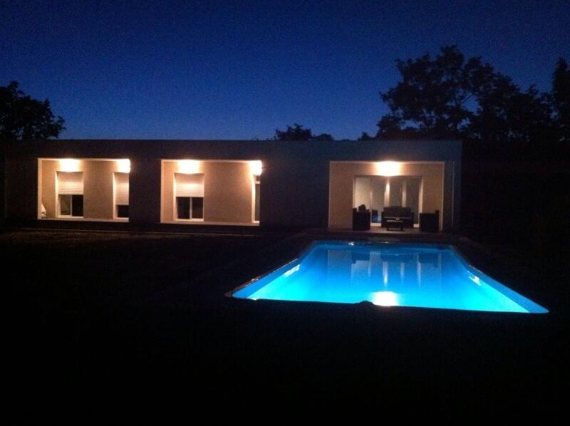 Casa de diseño blanca en una planta con piscina